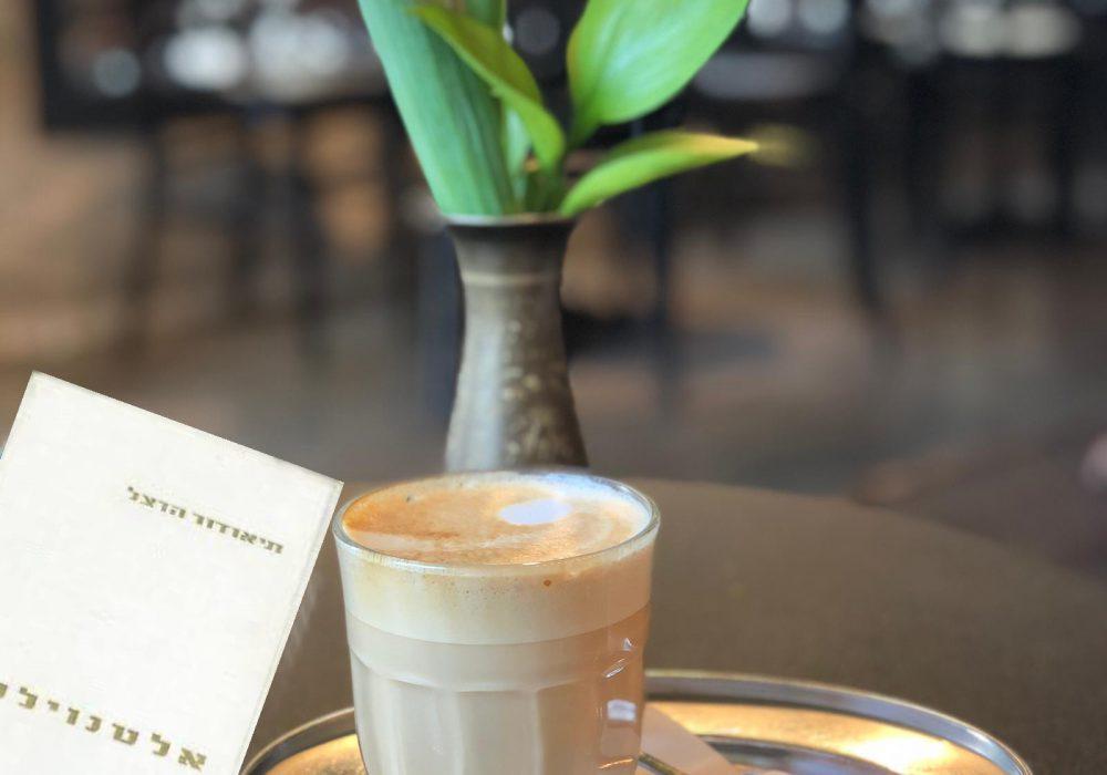 מה הקשר ראשוני בין תל אביב ובית קפה